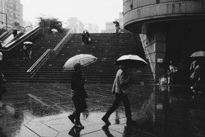傘をさす人々